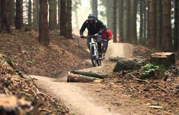 uomo su mountain bike fa viaggio in bici