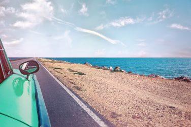 macchina strada sul mare