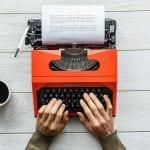 Macchina da scrivere e caffè