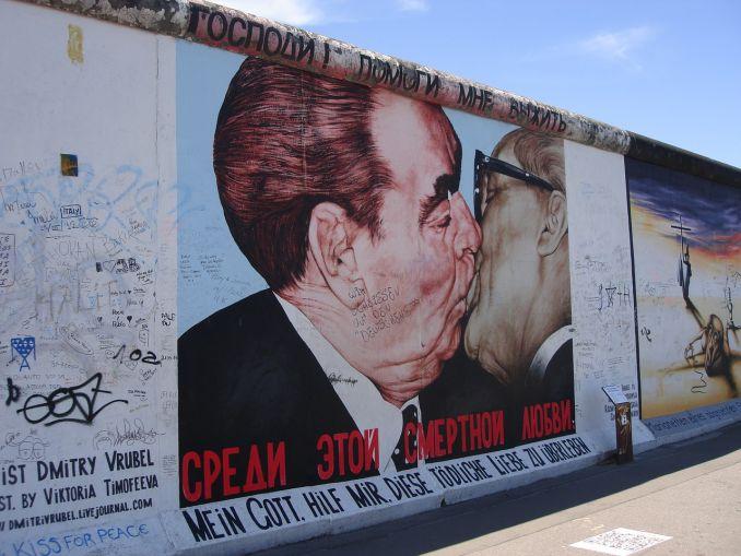 Muro di Berlino, bacio tra Leonid Brezhnev e Erich Honecker