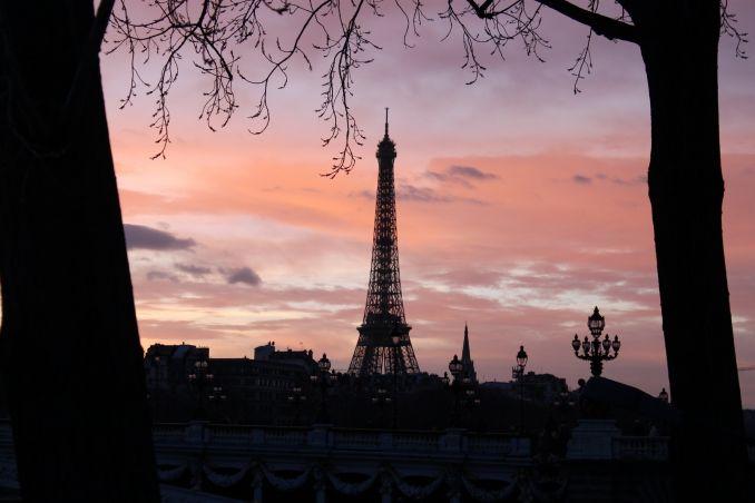 Torre Eiffel con cielo rosa