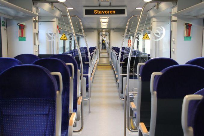 Viaggiare in treno - Interno di un treno con sedili blu