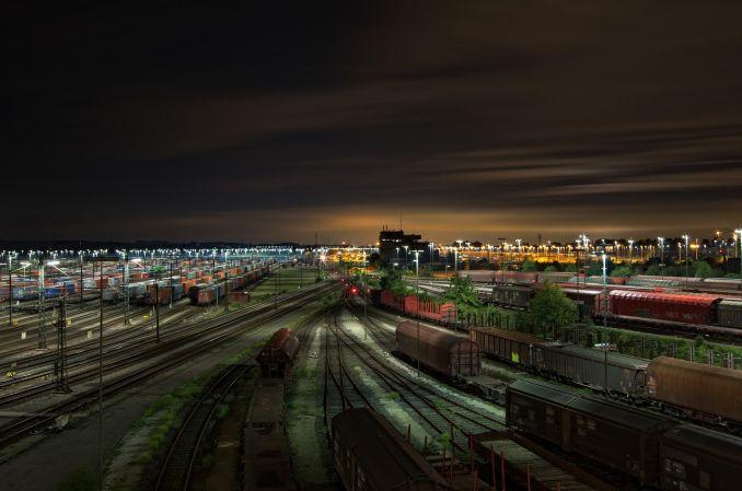 Viaggiare in treno - Stazione ferroviaria di notte