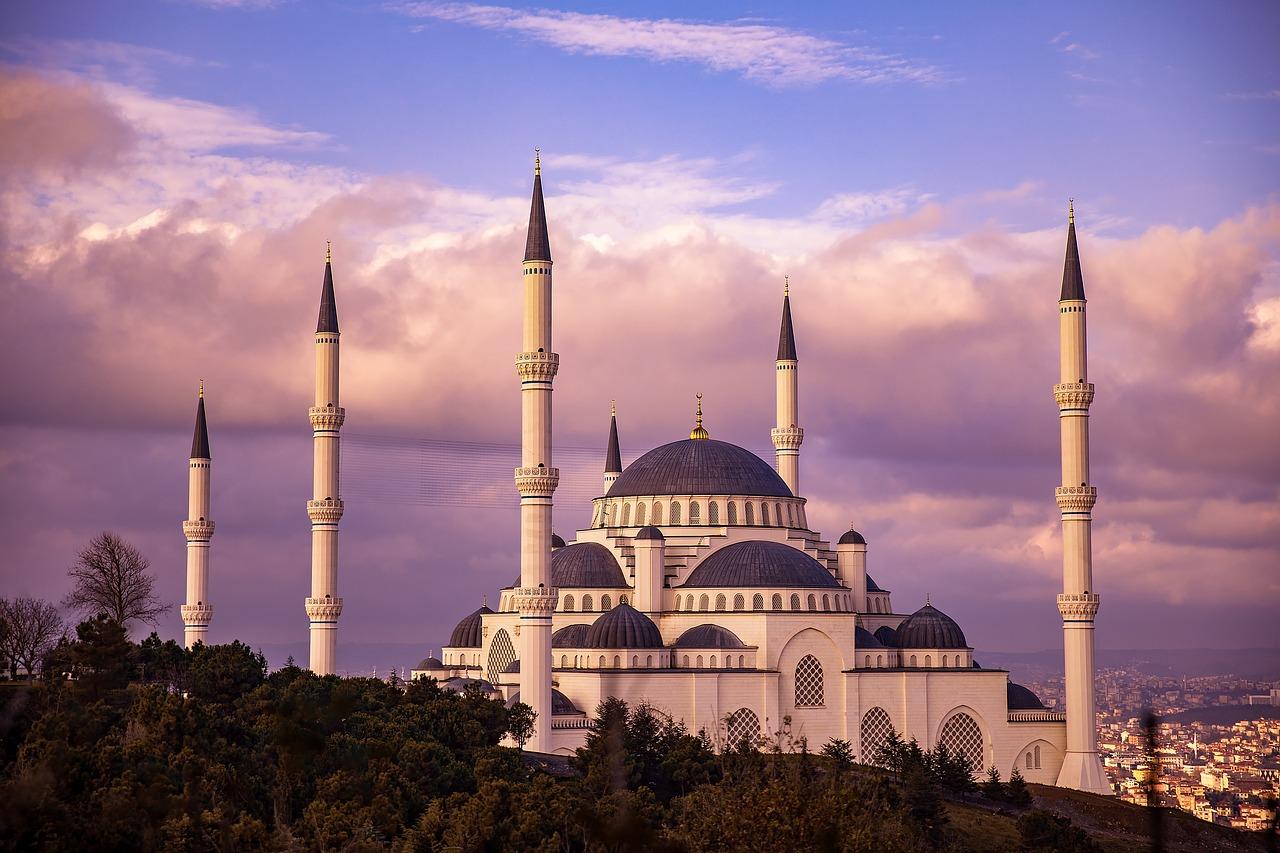 Città romantiche, Istanbul, Moschea Blu con nuvole rosee