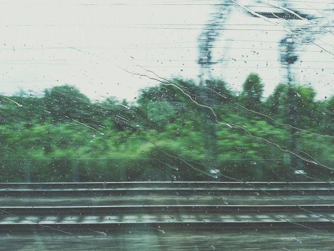 Finestrino del treno con rivoli di pioggia
