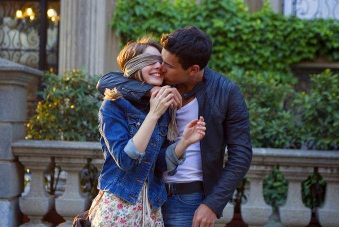 ragazzo bacia ragazza bendata