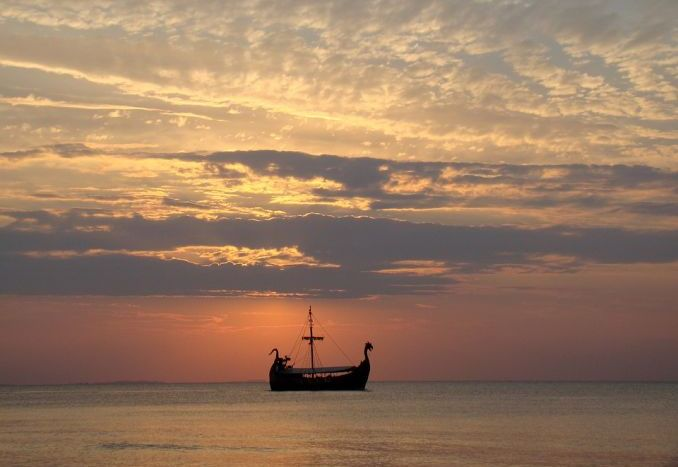 nave vichinga al tramonto