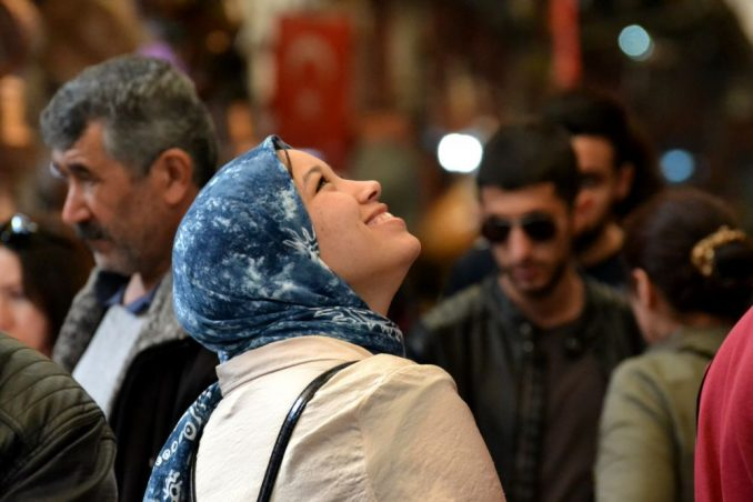 Ragazza musulmana sorride