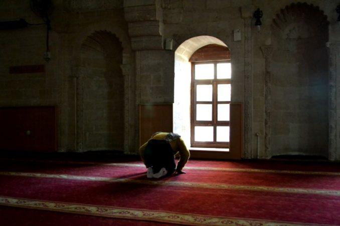 Uomo musulmano prega