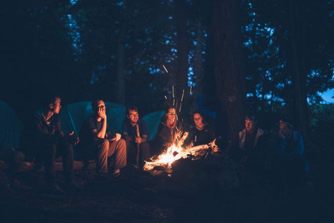 Persone intorno al fuoco