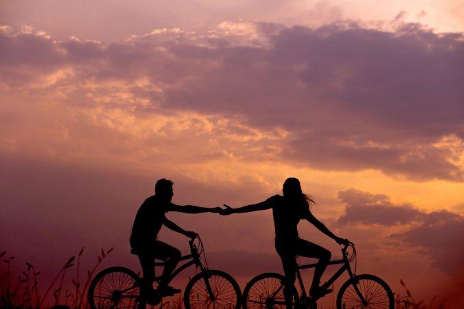 uomo e donna in bicicletta