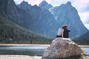 coppia in viaggio in montagna