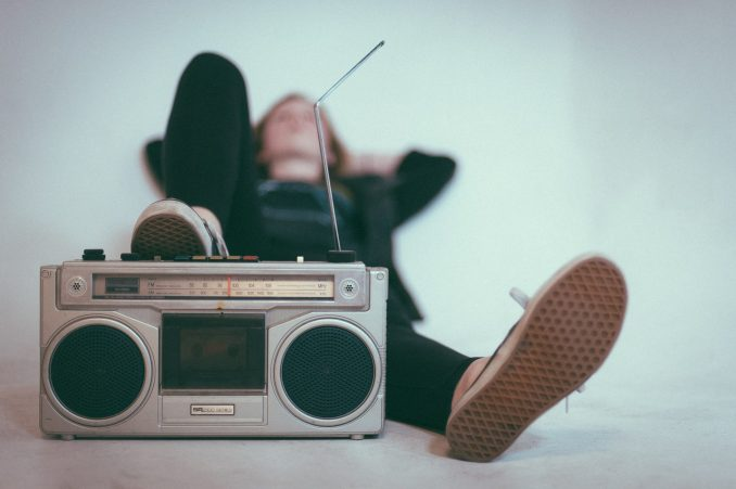 ragazza e radio