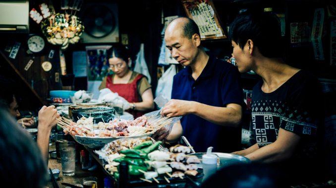 uomo e donna al mercato