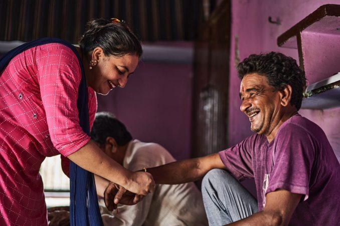 persone indiane sorridono