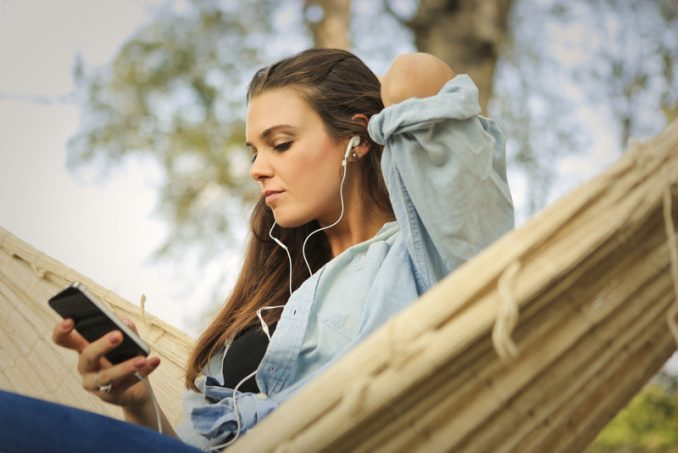 ragazza ascolta audiolibri in tedesco